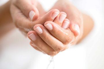 Le mani in inverno, come proteggerne la bellezza